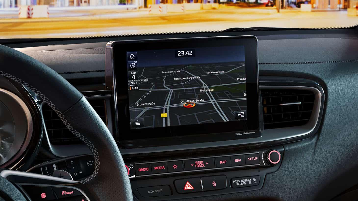 Keret nélküli, 8''-os érintőképernyő, TomTom navigációval.